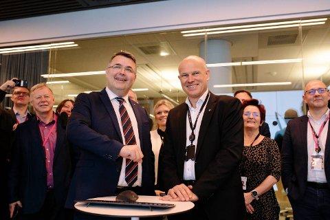 Olje- og energiminister Kjell-Børge Freiberg (Frp) og Equinor-direktør Arne Sigve Nylund under åpningen på Sandsli. FOTO: OLE JØRGEN BRATLAND, EQUINOR