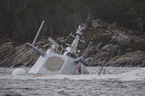 Hevingsarbeidet av fregatten KNM «Helge Ingstad» er fremdeles midlertidig stanset. Det skriver forsvaret i en pressemelingen, onsdag morgen.