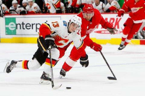 Calgary Flames-forwarden Johnny Gaudreau (nummer 13) er blant de mestscorende spillerne i NHL, og han har vært i helt fantastisk form de siste fire ukene. (AP Photo/Paul Sancya)