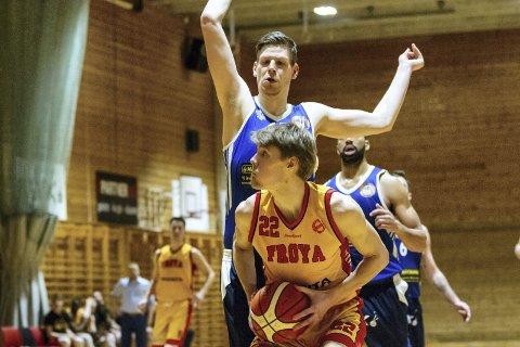 Markus Larsson er 19 år og 206 centimeter høy. Frøya-trener Darko Mihajlovic mener unggutten kan nå langt.