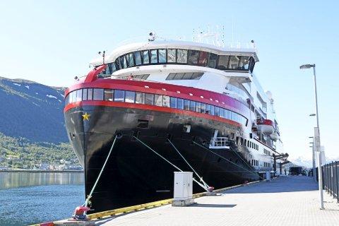 Hurtigrutens splitter nye ekspedisjonsskip MS Roald Amundsen ved kai i Tromsø. Skipet har 15 norske offiserer og et mannskap på 70–80 personer fra Filippinene.