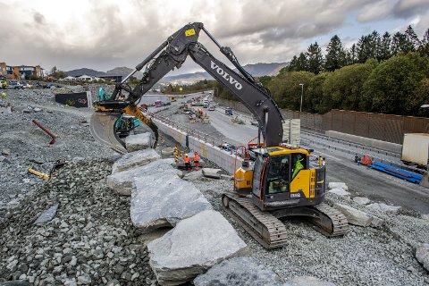 – Jeg har ikke tall på hvor mange steiner jeg har lagt på plass, men det er mange! Gravemaskinfører Kristian Øvsthus pynter opp det nye motorveiprosjektet i Rådal ved hjelp av naturstein. FOTO: EIRIK HAGESÆTER