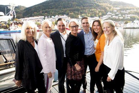 Grieg Gruppen ønsker både å tenke grønt og ta samfunnsansvar. Derfor samler de inn plast i sjøkanten og støtter TV-aksjonen for kvinner i Afrika. (Fra v.) Marit Warncke (Bergen Næringsråd), Elna-Kathrine Grieg (Grieg Foundation), Matt Duke (Grieg Star), Elisabeth Grieg (Grieg Maturitas), Thomas Willumsen Grieg (Grieg Kapital), Gry Larsen (CARE Norge) og Stine Lise Hattestad Bratsberg(Pure Consulting). FOTO: ARNE RISTESUND