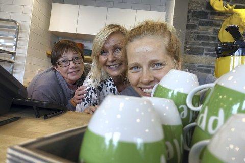 Mette Fredriksen (t.v.), Anne Christine Olsen og Elisabeth Hiis Bergh håper mange tør å velge den grønne koppen når de kjøper drikke på Fløistuen Café. Den inviterer til at fremmede kan prate sammen. FOTO: EVA NETELAND