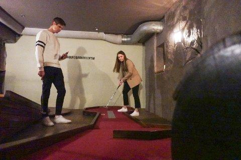 På Barkollektiv er Marte Alsaker (22) og kjæresten Andreas Rydningen (23) lørdag kveld. – Det er gøy å gjøre noe annet enn å bare prate mens man drikker, mener de. FOTO: EVA NETELAND