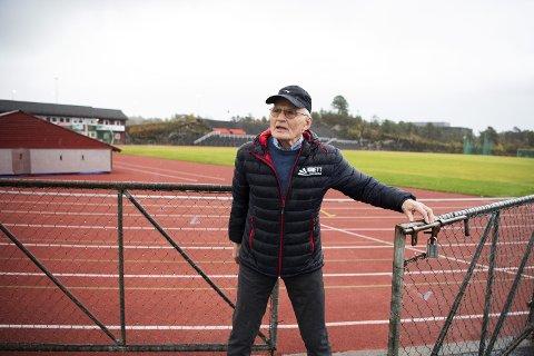 Helge Brekke er blitt 78 år, men fortsatt holder «Knarvikmila-generalen» høyt tempo. Nå har han laget «Handbok for unge idrettsutøvarar».