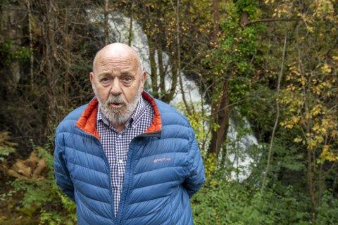 Kasper Olsen vil ikke gi opp kampen for å få kommunen til å gjøre tiltak for å redusere støyen fra den kunstige fossen like ved huset sitt.