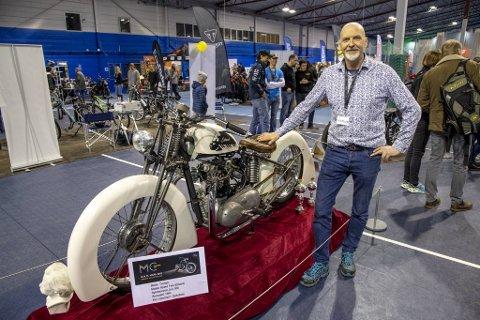 Motorsykkelen til Henning Dyrkolbotn ble stilt ut på MC-messen i Bergen i mars i år. Nå venter Japan.