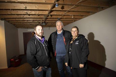 Kristoffer Nygaard, Torolf Larsen og Lin Hjelle fikk en lang natt med mange timers ekstrajobb da lekkasjen begynte.
