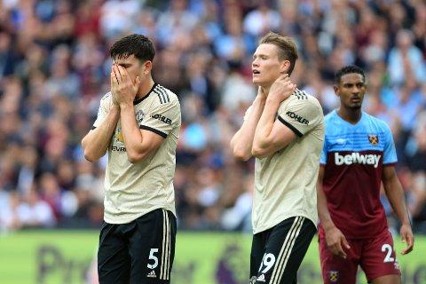 Manchester United-spillerne Harry Maguire og Scott McTominay fortviler etter bortetapet mot West Ham sist helg. Torsdag venter en tøff bortekamp i Europa eague for Ole Gunnar Solskjærs Manchester United.  (AP Photo/Leila Coker)
