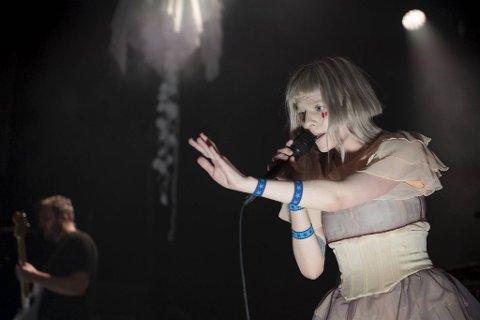 Aurora Aksnes, kjent under artistnavnet Aurora, skal ut på turné i høst. Dette bildet er tatt under en konsert på Verftet.