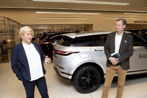 Finansminister Siv Jensen mener Norge kan takke sin offensive el-bilpolitikk for at nullutslippskjøretøyer nærmer seg halvparten av bilsalget i Norge. Her besøker hun bilforretningen til Trond Sandven på Kokstad. FOTO: ARNE RISTESUND