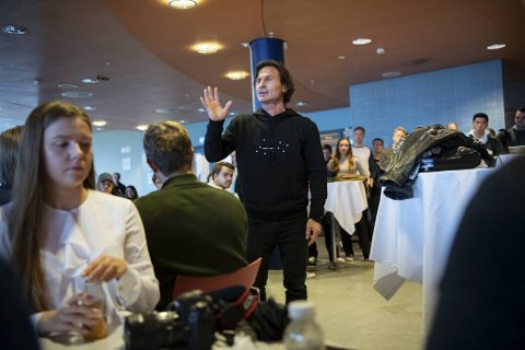 Da det offisielle foredraget i NHH-aulaen var over gikk Petter Stordalen inn i kantinen, kastet skinnjakken og svarte åpenhjert på spørsmål direkte fra studentene.