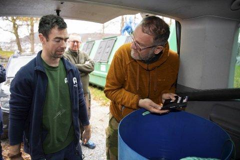 Kenneth Bruvik (til høyre), her sammen med Even Skåtøy ved Akvariet, og elevene som er med i Tam-prosjektet leverte torsdag en fisk til Akvariet.