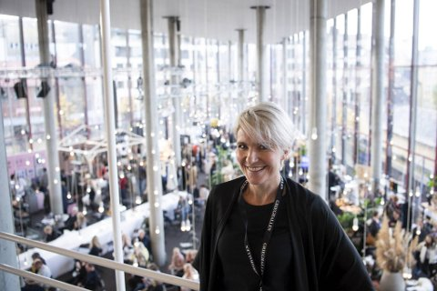 Trude Vaaga er messesjef for helgens interiørmesse i Grieghallen. Hun anslår at det var omkring 2500 besøkende i lørdag. Totalt tror hun rundt 6500 finner veien til messen som har samlet rundt 70 utstillere.