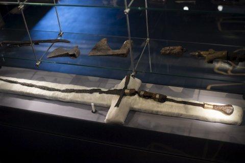 Vold: Utstillingen har en rekke sverd, kniver og spyd som ble funnet i de arkeologiske utgravingene etter brannen i 1955.Foto: Emil Breistein