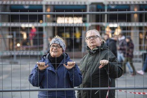 Elin Madsen og Arild Gaska gleder seg til søylene skal avdukes.