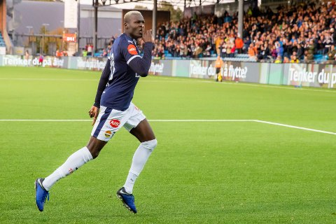 Strømsgodsets Moses Mawa feirer scoringen sin mot Ranheim.