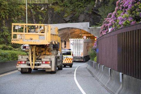 Den 06. juni i år kjørte en lastebil seg fast i Løvstakktunnelen.