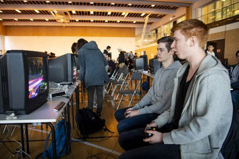 Marius Sveen (21, f.v.) beseiret kameraten Sondre Herland (22) i en jevn batalje i Smash Bros. Melee.