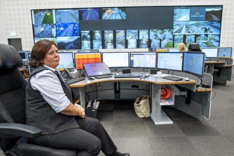 Trafikkoperatør Nina Heggernes på Veitrafikksentralen har oversikten over det meste som rører seg i trafikken. Totalt har de 2000 kameraer plassert på riks og fylkesveier i region Vest. I tillegg overvåker de 35 fergesamband, 8 fjelloverganger og 254 tunneler. FOTO: EIRIK HAGESÆTER