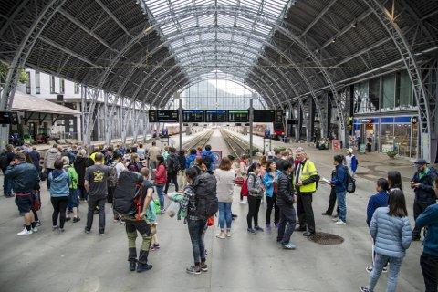 På torsdag står togene fra klokken 12 til 14. Det gjelder i hele landet, også Bergen.