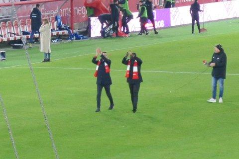 Seyi Olofinjana og Paul Scharner viste i pausen at de ikke har glemt gamle klappekunster.