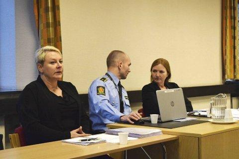 Bistandsadvokat Laila Kjærevik sammen med etterforskningsleder Andreas Leirvik og politiadvokat Eli Valheim under det første fengslingsmøtet i Bergen tingrett.