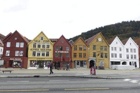 Tirsdag formiddag kom fasaden på Bredsgården 1-2a på Bryggen til syne, etter å ha vært arbeidet med i tre år, og tildekt med en fasadeduk. FOTO: EVA NETELAND