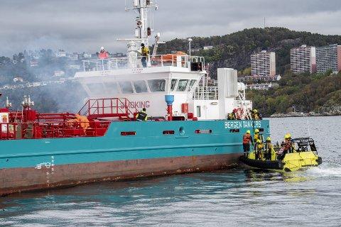 Ammoniakk-lekkasje: Bergen Tank var åstedet for øvelsen som brannvesenets spesialtrente brannmannskaper på redning til sjøs og kjemikalier hadde sammen med Kystverket, Kystvakten og redningshelikopteret i Florø i går. Foto: Eirik Hagesæter