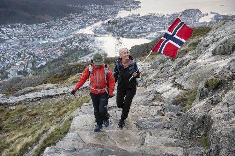 (Fra v.) Mette Talhaug og Grete Bjørkedal har god grunn til å flagge. De er to av 400.000 fjellvandrere som har besteget Oppstemten så langt i år.