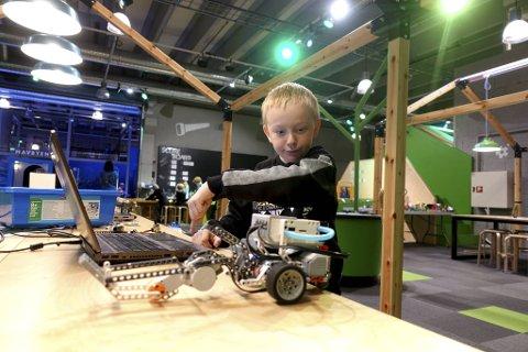 – Jeg programmerer så roboten lever. Det er gøy å se hvordan den klarer noe, eller om den ikke får til en dritt, sier Eivind Monsen (8) fra Sogndal.  Han har prøvd