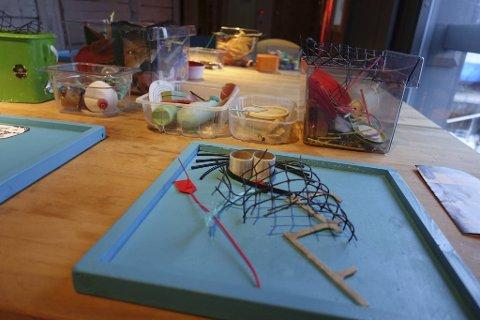 Her på «Plastverkstedet» kan barna lage kunstverk av plast denne uken. Bildene skal bli til en miniustilling.