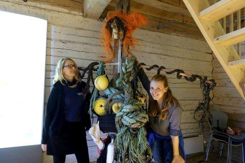 Sølvi Vik (t.v.) og Aina Matre har laget monsteret Mons av blant annet fiskegarn og trosser funnet i sjøen.