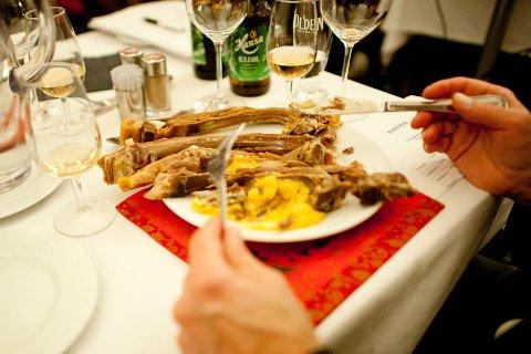 Denne tradisjonsrike tallerken blir ikke å finne under UiBs julebord i år.