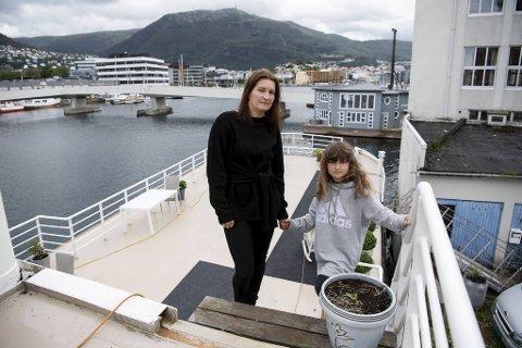 Tone Bergsvåg og datteren Dina var fortvilet da de ble tvunget ut av Bergen. Nå har de funnet seg godt til rette på Stord. (Arkiv)
