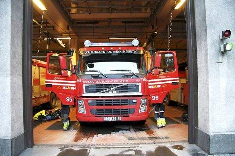 Bergingsbilen i Oslo brannvesen kommer raskt frem i køen.