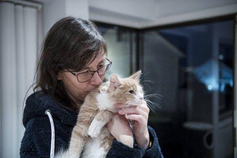 Nestleder i Kattens Vern, Torill, sammen med en av kattene fra kolonien fra Danmarks plass.