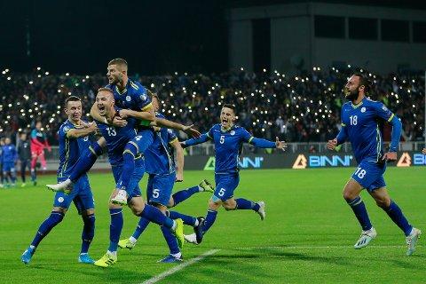 Valon Berisha, som er oppvokst i Egersund, feirer sammen med Amir Rrahmani (nummer to fra venstre) etter at sistnevnte scoret mot Montenegro. Vi har troen på at Kosovo kan overraske mot Tsjekkia på bortebane.  (AP Photo/Visar Kryeziu)