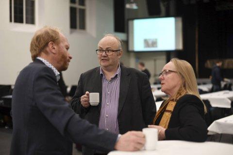 Steinulf Tungesvik, Ove Sverre Bjørdal og Anne Brit Reigstad diskuterer før årsmøtet.
