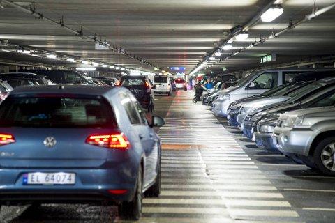 Her i Klostergarasjen blir det dyrere å parkere fra nyåret. – Vi har rett og slett havnet litt for langt etter konkurrentene våre den siste tiden, sier daglig leder i Bergen Parkering, Trond Birkeland.