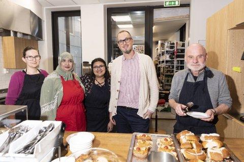 Kjøkkenet og kafeen er splitter nytt hos det 15 år gamle Robin Hood-huset. Her er ansatte og frivillige: Alicija, Fakra, Marcos og Jan Erik.