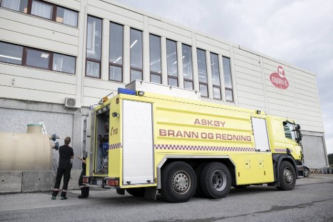 BA var med på tur da brannvesenet på Askøy kjørte rundt og fylte vann på de mange utplasserte tankene. Til Isbjørn Is kom det også vann direkte fra Øygarden.