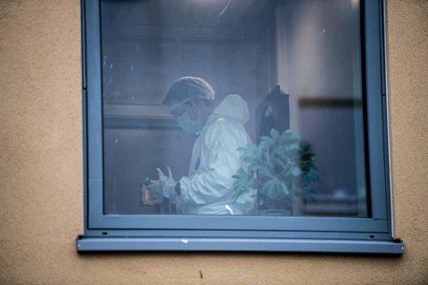 Tiltaltes mor ble funnet knivdrept på soverommet. Faren ble funnet hardt skadd utenfor blokken.