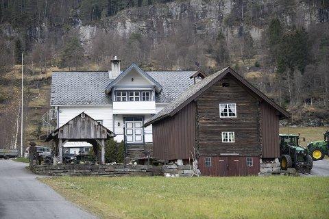 GÅRDEN: Lønegården nord for Voss sentrum består av bolighus og en rekke våningshus og driftsbygninger. Smalahove-stabburet i forgrunnen.