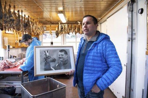 Geir Løne (48) holder et bilde av sin avdøde far Ivar Løne, kjent som smalahovekongen. Geir driver i dag gården, men er nå saksøkt av eldstebror Lars (51), som krever odelsretten. Bildet er tatt i forbindelse med en tidligere reportasje.FOTO: RUNE JOHANSEN