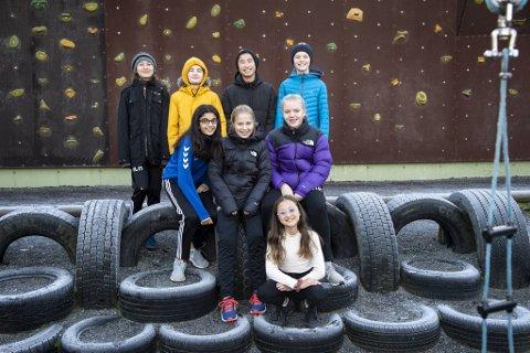 Daniel, Sverre, Mats, Mads, Noor, Ines, Frida og Christin i 7. klasse ved Kronstad skole skriver om blant annet Bybanen, skolemat og bompenger. Bli med i diskusjonen! (Endre og Oline ikke tilstede på bildet).