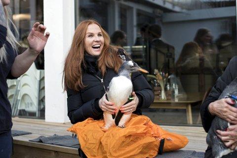 Teatersjef Sølvi Rolland er fadder for pingvinen Tuna.