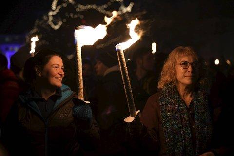 Rebecca Ross fra Skottland og Lisa Maddison fra Sør-Afrika jobber i Bergen. De var svært begeistret for Lysfesten. – Et fantastisk arrangement med en herlig atmosfære, sier de til BA.