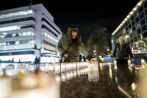 Anne Lena Gallefoss er med i aksjonen i Bergen. 150 lys, ett for hvert offer, ble tent på Torgallmenningen.
